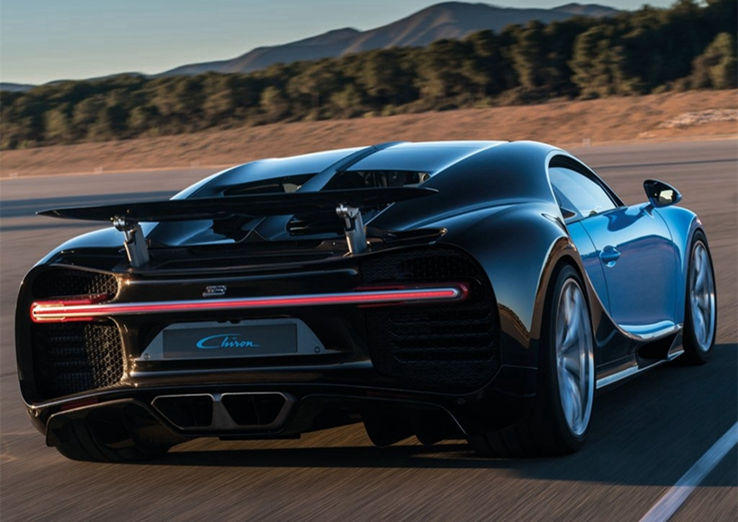 布加迪Chiron搭载8.0T W16引擎,最大功率为1500hp,1600Nm,0-100km/h < 2.5s,0-200km/h < 6.5s,0-300km/h < 13.5s,最高时速可超过460km/h。