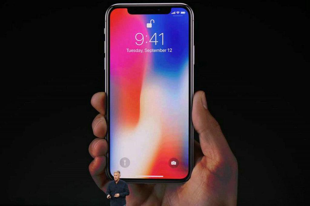 iPhone X搭载了 5.8 英寸全屏幕设计,前后均为玻璃设计,机身防尘防水。屏幕 ppi 高达 458,材质为 OLED,支持 Dolby Vision 和 HDR10,完全消失的Home、Face ID和出人意料的竖排双摄像头,都十分吸睛。