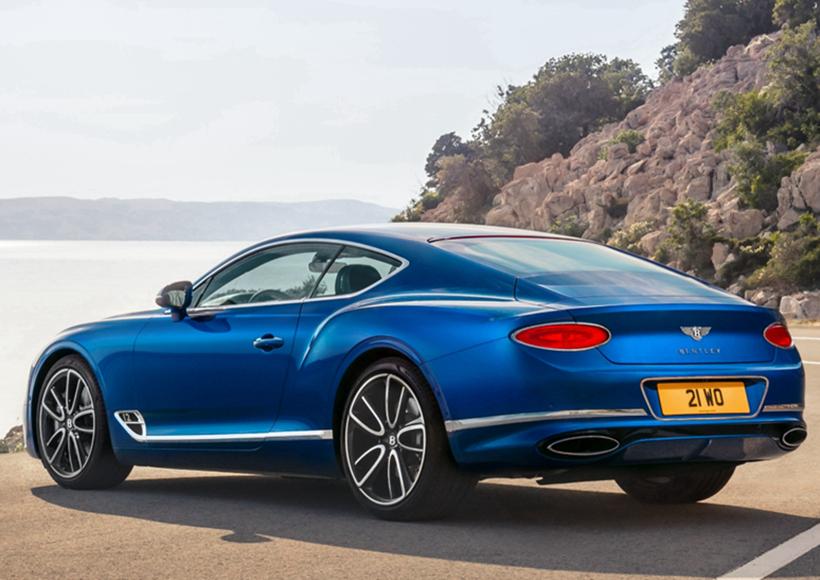 Continental GT给人的第一印象就是,它真的太像Bentley了。四圆灯、极其丰满的臀线都为它刻上了十分明显的烙印。而它全新的侧面比例也足够令人眼前一亮,向前移动了135毫米的前轴、缩短的前悬等,都使得它的侧面线条看上去更为流畅,多了几分大气而从容的视觉感受。