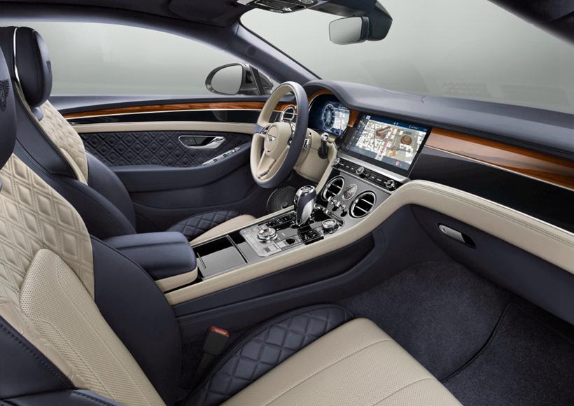 而Continental GT最酷炫的亮点应该就是车内那块,可进行三面旋转的中控液晶屏幕了吧。如此夺目的先进配置简直就是让无数车迷心甘情愿掏出钱包的绝杀武器。