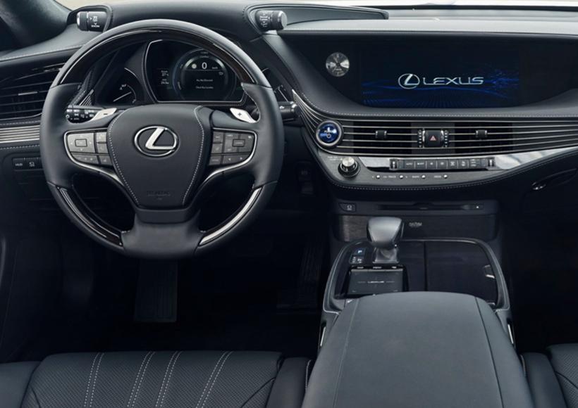 多级全混动科技是Lexus LS 500h的动力来源,它采用了看似并不起眼的,排量为3.5L的V6发动机,但因为有多级全混动科技的支撑,它的动力表现非常突出,甚至已经超过了采用V8发动机的车型。