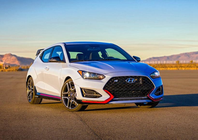 初见时,大部分车迷可能会觉得Hyundai Veloster N看上去和上一代车型并无两样,但实际上,它的内外都进行了大刀阔斧般的升级和更新。和原版一样的经典不对称车门设计在Hyundai Veloster N的身上依然有所保留,但车身和车头都更显锋利、流畅,展现出更为强大的运动美感。
