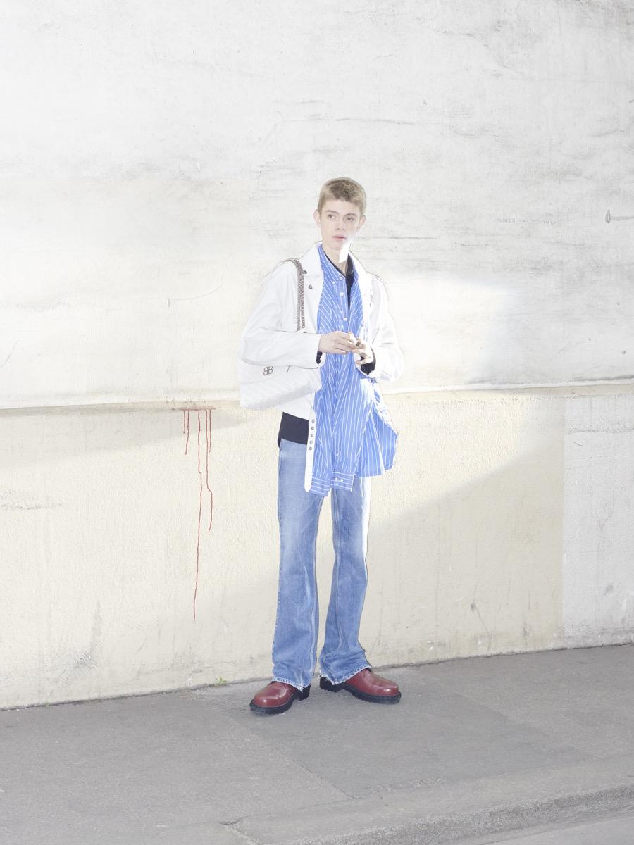 Balenciaga 巴黎世家推出2018早秋男裝系列,通過對人物的細致觀察,捕捉一系列行 走在巴黎街頭的男士特性。這季的設計延續春夏女裝系列后進一步深入主題,銜接和 融合了原型服飾深度解構極具辨識度的衣著,輕松打造出男性日常裝扮衣櫥。融入一 衣兩穿的巧妙設計,例如對方格襯衫采用錯視處理手法,把兩件 T 恤拼接相連,乍一 看好像批了一條圍巾。普通與獨特,時尚與實用之間的雙向對話強調了 Balenciaga 巴 黎世家優先考慮穿著者的個性彰顯。