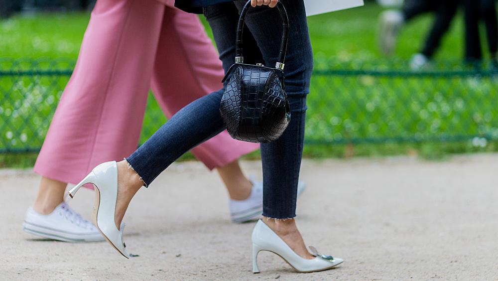 小白鞋那么舒服,我们为什么还要穿尖头高跟鞋
