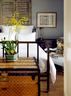 主卧房,其老铜床购自一次上海之行,前方的路易威登老皮箱则是多年前在巴黎买的。