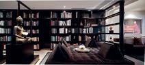 书房中拥有大面积的带靠背坐卧两用沙发,因此成了一家人经常聚集的地方。