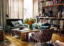 二手旧家具组成的空间,总是泛着温暖的光,花卉面料沙发放入其中,一点也不显突兀,与桌上的鲜花互为呼应,满富生机。吉奥庞蒂沙发、汤普森台布、卡尔施普林格桌子都为公共区域增光添彩,书架台上放置了许多野性部落风格的艺术品作为装饰。