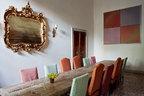 """休闲用餐区域内华美的镜子产于意大利皮埃蒙特区,而名为""""蓝色池塘""""的长桌,是由Axel Vervoordt亲自设计的家居系列。"""