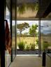 风景优美的地方,不妨多用些反光玻璃的设计,让美感反复加强,时刻存在。