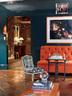 墙面底色是荷兰画坛巨匠弗美 尔最钟意的群青色,沙发面料为纱线扎染布,设计师为椅子重新换了面料。墙上挂着著名女摄影师特尔尼∙ 吉伦(Tierney Gearon)的作品。