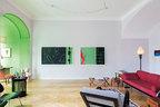 沙龙内景,与Alexander的绿色工作区相连,墙上挂着中国艺术家谭平的画作。