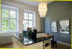 厨房是工业设计风格,落地灯的材料是在以色列特拉维夫买的,墙上的画作由美国艺术家Laura Bruce创作,桌子为北欧设计,搭配了传统的乡村风格家具和便宜的中式长椅。厨房体现着现代工业风格与传统乡村家具的混搭,玻璃窗透进一室柏林的绿。