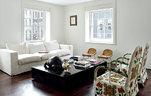 明亮的自然光从乔治亚风格的窗口投射进来,与大面积白墙一同营造出平静而随性的氛围,那种淡淡的、飘逸的、深入骨髓的东方气息,不由让人联想到主人的中国血统。客厅内乔治亚风格的大窗旁,悬挂着一幅毕加索的小画《Tete de Jeune Femme》。一对纯色的爱尔兰亚麻布面沙发和黑色漆质茶几由John设计,两只柳条座椅购于巴黎一家画廊。那对颜色花哨、布满图案的扶手椅来自非洲,由纯手工制造。桌子上摆设着维多利亚时期的乌龟雕塑(Emma Hawkins设计)和一件毕加索创作的陶瓷花瓶。