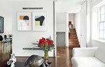 几级胡桃木台阶连接起一层主人自己的时装店,以及上面的生活空间,这里还是时尚潮人经常聚会的地方。木质台阶连接起建筑中不同功能的楼层,客厅墙面上挂着的依然是Richard Gorman的画作。