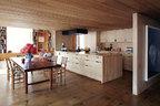核桃木餐桌、漂白的赤杨木橱柜、细木条的天花板和大块的松木地板,在统一的木色中显示出不同的层次。餐厅中的核桃木餐桌出自Simrel之手,餐椅则是法国女设计师Charlotte Perriand的设计。