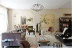 宽敞的客厅拥有一派柔和色调,灰色Velvet长沙发来自Casa Pagoda,沙发前的茶几是用在北京找到的一块老门板制作而成的,Trine自为设计了四只轮子。对面的黑白双人沙发本是上海1930年代的古董家具, 经过了重新覆面,它右边的棕色靠背单人椅由Hans J. Wegner设计。后面墙上的花鸟画作由周铁海创作,来自香格纳(ShanghART)画廊,铁艺吊灯购自北京高碑店的Hong设计。
