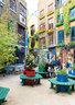 """""""伦敦科芬园最迷人的时刻是清晨和深夜,深夜时分它就像道具仍然留在原地的电影片场。""""公寓位于科芬园中心,室内缤纷的色彩与邻近建筑物外墙的明亮色彩遥相呼应。"""