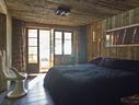 主卧室带有户外阳台,夸张的手形雕塑椅为树脂和玻璃纤维材质,购自法国,墙面和天花板照明都使用了Modular。