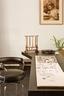 由著名法国女建筑师Charlotte Perriand设计的Ventaglio桌子,不规则的设计带有她特有的感性,一旁配上经典名椅LC7。