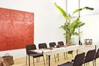 """3 米长桌为品牌Established & Sons的限量款桌子,配上意大利品牌Paola Lenti的椅子,其桌上摆着复制版《富春山居图》和几只中式茶壶茶杯,立马呈现""""中西""""结合的特色茶席。"""