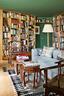 主人书房,有两个中国18世纪的六边形楠木骨架,两把18世纪的中式马蹄形扶手椅。