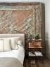 古旧的纹路、 古色的光泽、亚麻或丝绒布料的质感,成就了这个家温馨雅致的基调。主卧室,用作床头板的是古董印度木板,床头桌由Toni设计,床上铺着纯麻床单。