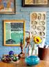 湖蓝是这个家里最抢眼的颜色,夫妇俩希望用鲜艳的色彩为这个冬日小窝增加一些明媚。萨洋工作室一角,桌上那块木雕是本村农民用一块木头做的,上面的玻璃球是萨洋的收藏,盘子里也放着他的各式小收藏。