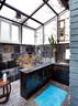 主浴室,天花板为全玻璃结构,让人充分与自然相亲,漂亮的艺术玻璃由萨洋自己设计,在小园玻璃艺术工作室制造。