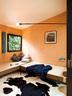 小客厅里装饰着夏洛特在旅行途中拍摄的黑白影像,这里同时可以充当临时卧室。墙上立着夏洛特设计的照明旋转灯,其灵感来源于Nemo-Cassina于1938年创建、2012年再版的张帆桅杆。