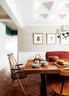 餐厅也位于一层。当地开春第一炉烧制的红砖是新疆传统烤炉用的内壁砖,大名鼎鼎的新疆烤馕就是在这种炉子里烤出来的。这种红砖被用作了餐厅和厨房的地面砖。胡桃木餐椅购于淘宝。