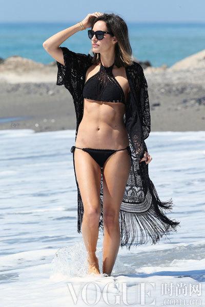 海滩泳装造型 这样穿才对!