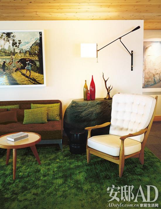原木家具的温润朴拙,绿色地毯的葱茏绵密,原石边台的粗粝浑厚,棕色与