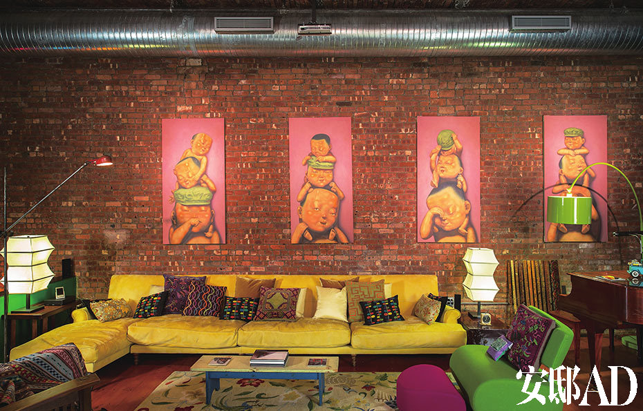 四幅挂画的创作者是艺术家李国方;Oscar14英尺沙发来自Future Perfect;地毯来自Tibet Carpet; 长椅和咖啡桌由黄荣亮的父亲为之前纽约公寓制作。
