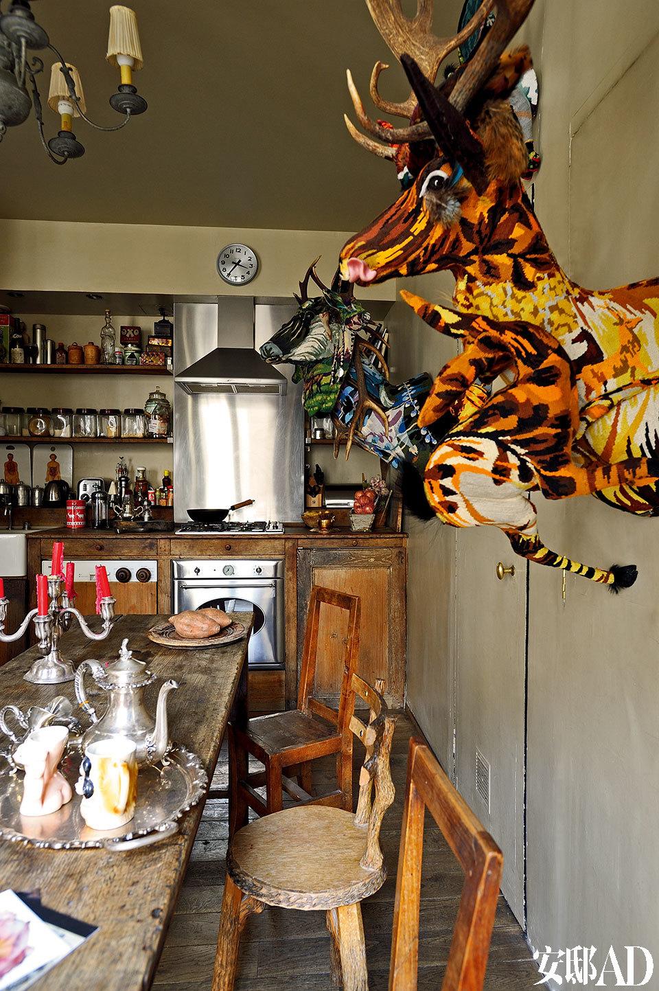 """主人对动物情有独钟,她也希望用自己的作品,写出一篇""""动物寓言""""。墙上的这些传统织品制成的动物头装饰品都是Frédérique Morrel的作品。"""