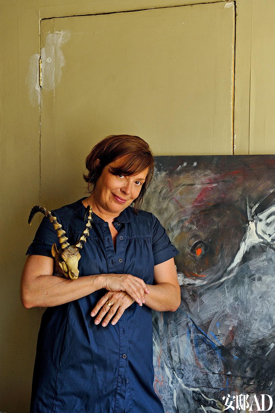 Frédérique Morrell热爱充满民族性和童话幻象的艺术风格。 主人:Frédérique Morrel,法国艺术家,与丈夫Aaron Levin一起创立了自己的同名品牌,以精彩的手制玻璃纤维标本模型及纺织工艺品而广获好评。Frédérique自1983年起,担任Ecole Supérieure d'Arts Appliqués Duperré艺术学院的教授,1990年投身装饰工艺品设计行业,2002年起又全情投入艺术创作的世界,尤其钟爱带有民族性与童话色彩的拼接风格。她的作品以融合艺术、设计及手工艺之间的界限见称,为一成不变的现实生活带来绚丽多姿的想象能量。
