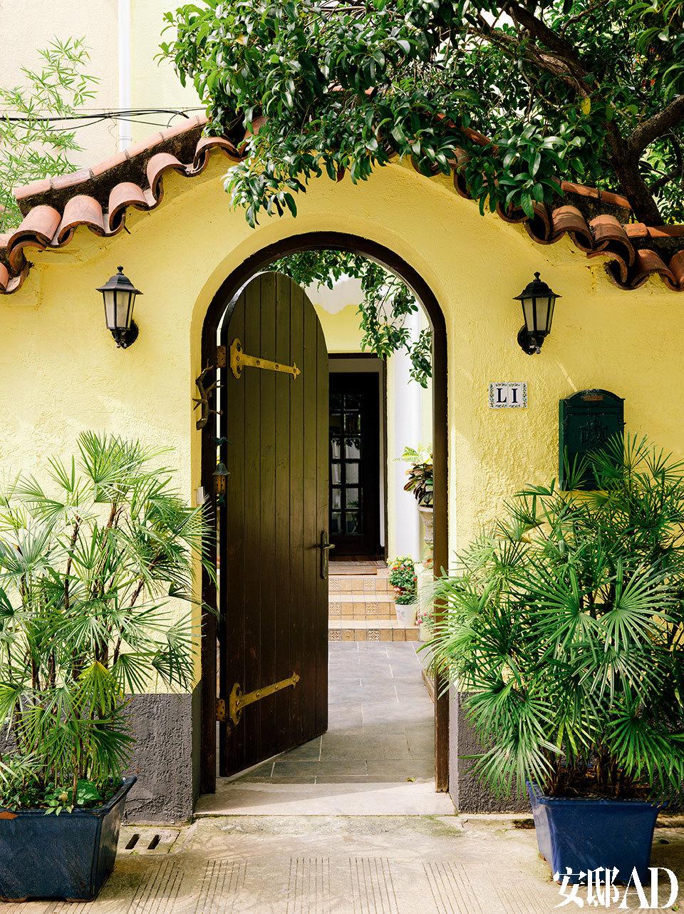 李光程在外墙刷上鲜艳的黄色,恢复了老洋房原本的西班牙风格。