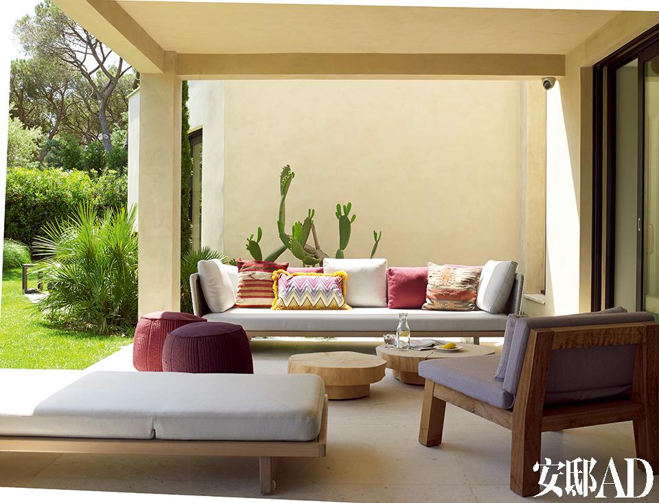 一处露台上,户外沙发来自Roda,单人木椅由Piet Boon出品,近处的躺椅来自Royal Botania,两只圆形矮茶几购自Baxter,两只圆形坐墩的外包面料购自Paola Navone品牌。
