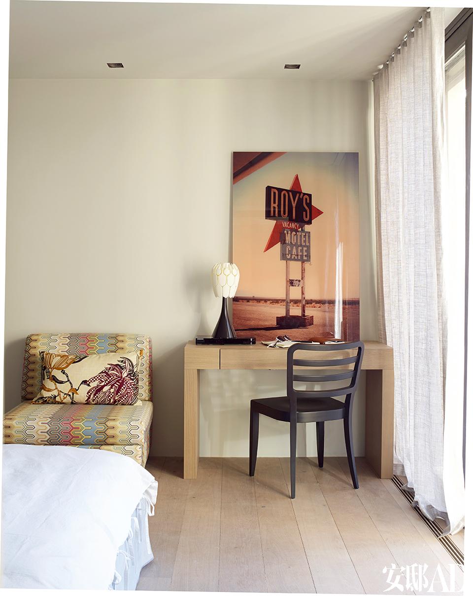 一间卧室中,黑色Wiener椅由Very Wood出品,单人沙发来自Missoni。