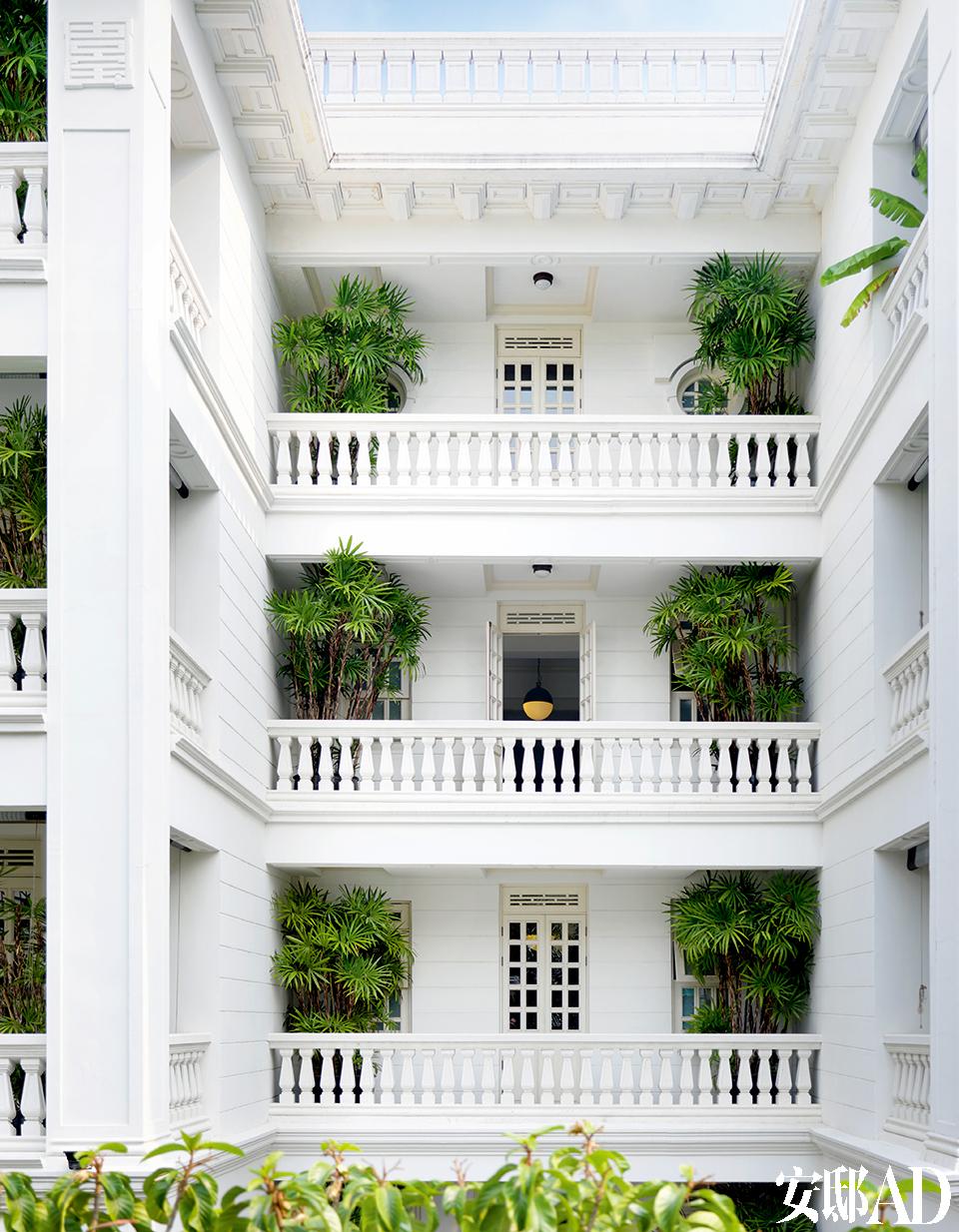 """""""在泰国的外国人几乎都是租老房子来住,我喜欢老房子,所以自己盖'老'房子。""""而这座如上海前租界风格的白色建筑为叶裕清亲自设计打造的全新建筑。"""