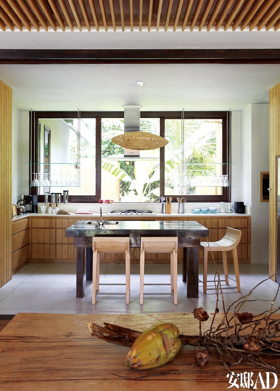 前厨房位于客厅的后面,与后厨房和碗碟清洗室相连。