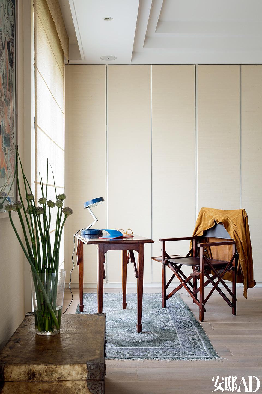 """卧室里的书桌区域,桌上台灯淘自欧洲古董市场,有点游猎风格的单椅,很好地呼应""""沙漠探险""""的大主题。"""