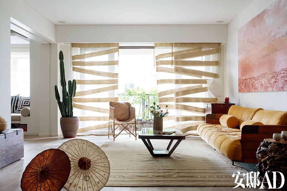 在设计师眼里,主人那股强壮、坚韧、勇于冒险的旅人性格,恰恰能调和这座摩登公寓的过度精致,也成为设计这个家的主体精神!沙色质感的墙面相对于纯白,反而给出一股温暖的笔触,各种层次的棕色面料搭配天然棉、粗麻、皮料等,乍看之下的粗犷风格,细细品味又能感受到设计师的处处用心。