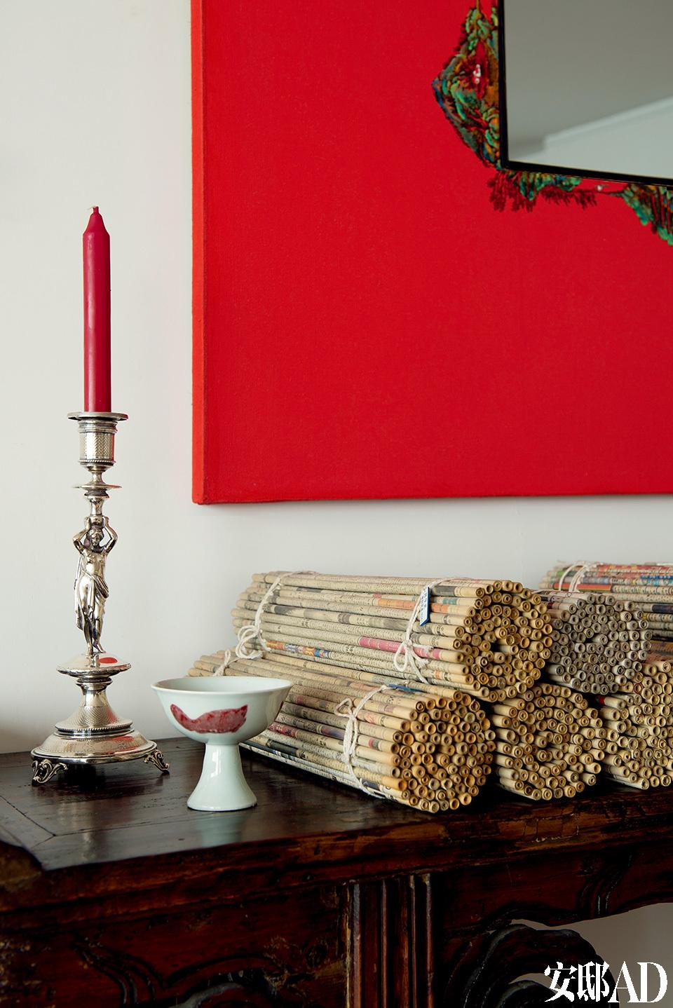 客厅的一座木质古董条案上摆着来自郑学武的装置作品《世纪文本》,由报纸制成,银质人像烛台是18世纪的古董,Sylvia从曾祖辈继承而来。