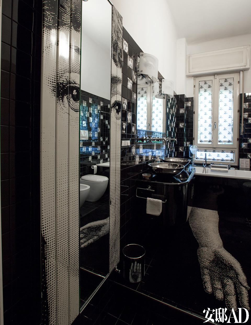 """二层浴室的墙壁上覆盖着Fornasetti的瓷砖,是由Ceramica Bardelli设计的""""Temae Variazioni""""系列。在某些特定系列中,Barnaba与授权合作者一起工作。""""在我父亲去世后,我决定给其他公司做授权。""""Barnaba说。"""