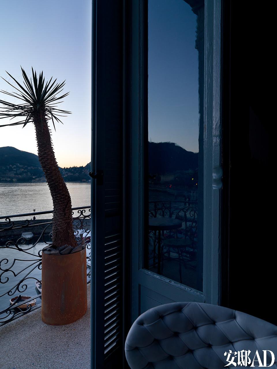 从小露台可以看到科莫湖上美丽的落日,这是设计师Stefano Guidotti一天中最爱的时光,落日的余晖像一道带有魔力的光芒,笼罩着整个房间。阳台上的仙人掌盆栽来自于Figli dei Fiori|Como。