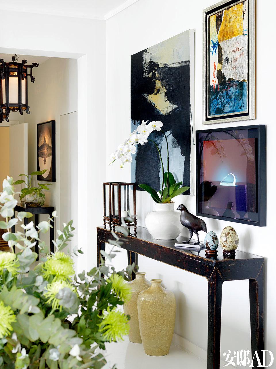 绿色植物在家中随处可见,花卉布置 是女主人的一大爱好。门厅与客厅的连接处,依然是中西元素的混搭。