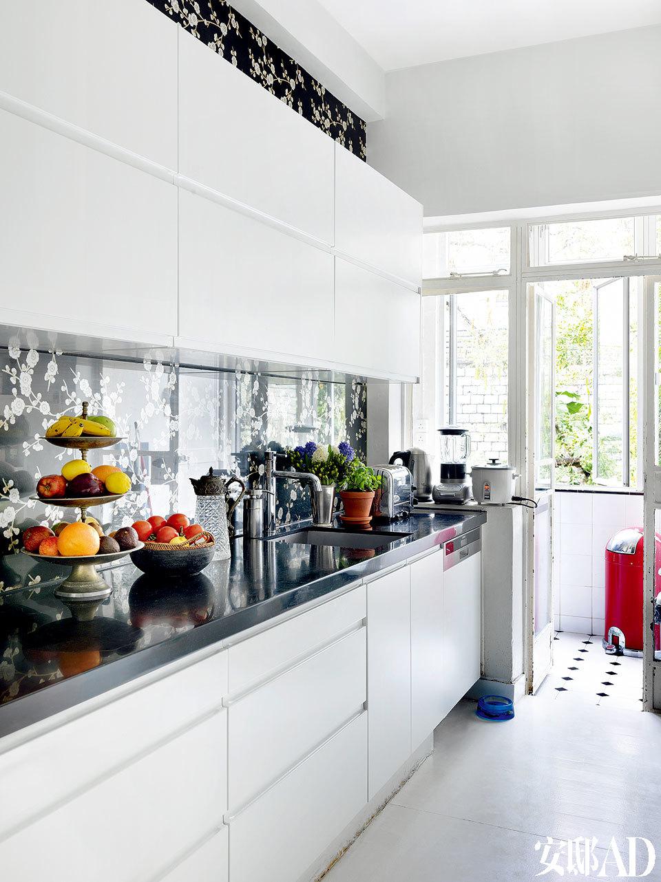 厨房依旧延续黑白色调,让美味看起来更加鲜妍。