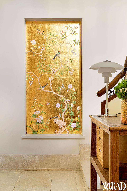 楼梯处,一幅中国的花鸟壁画给人一种在地感,这对于一个有着多城市居住经验的家庭来说,显得很有必要。楼梯转弯处,Claire用壁纸设计了一个镶嵌式的壁画用作装饰。