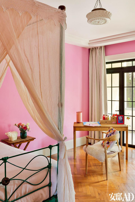 """二女儿住在粉色的""""城堡""""里,有最爱的洋娃娃Rose做伴。"""