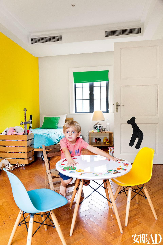 有点小霸道的小儿子Oscar喜欢亮黄色,房间里堆满了玩具。